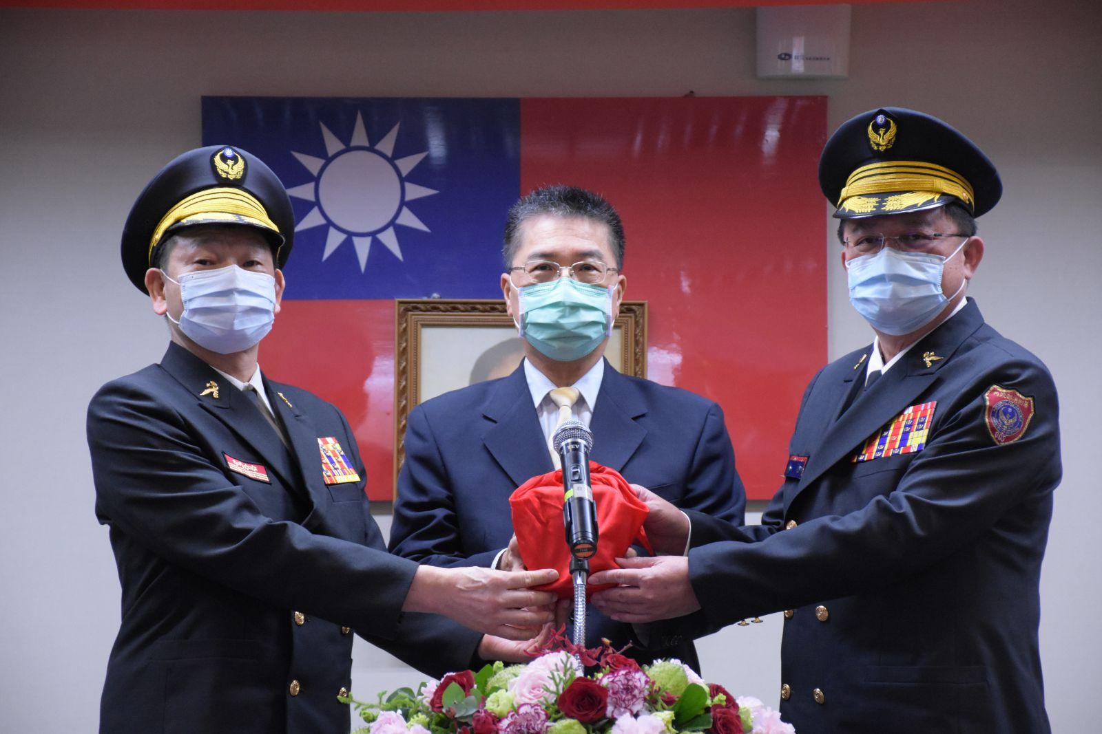 卸任署長陳文龍與接任署長蕭煥章交接印信,由內政部長徐國勇監交。